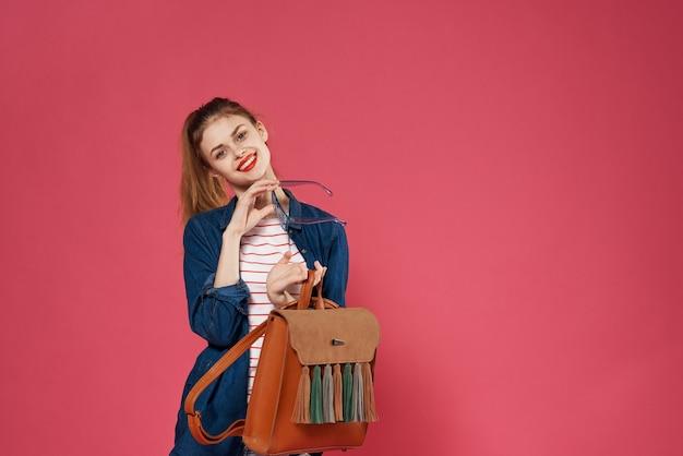 Glamoureuze vrouw modieuze kleding glazen cosmetica roze