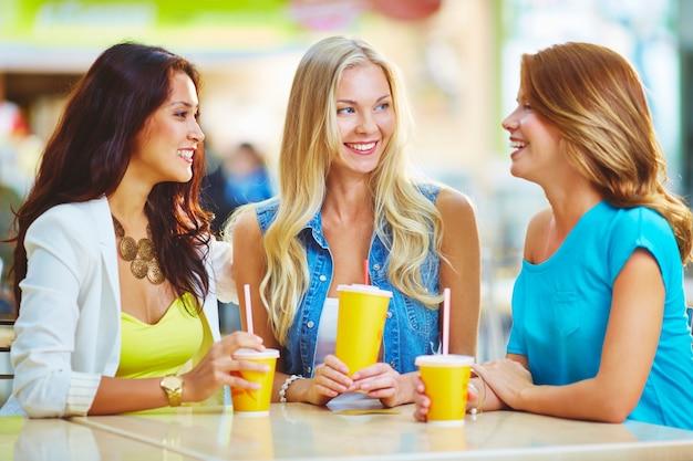 Glamoureuze vrouwen lachen