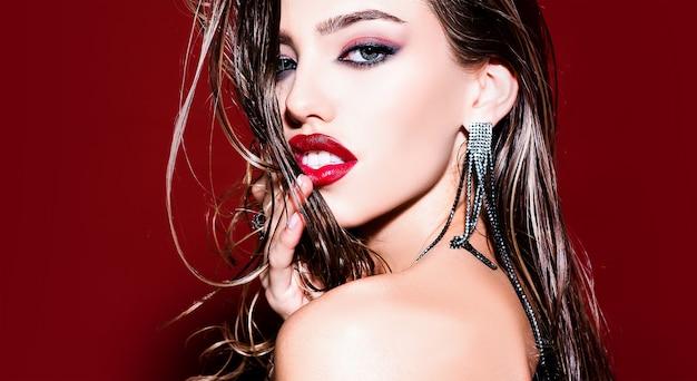 Glamourportret van mooi vrouwenmodel met maniersamenstelling.