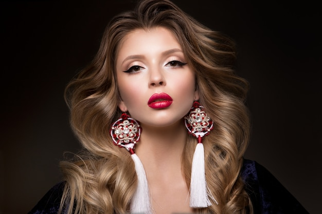Glamourportret van mooi vrouwenmodel met rode lippen