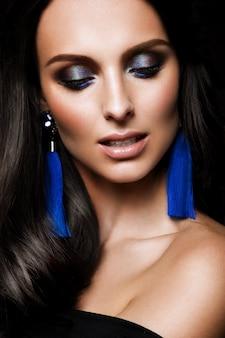 Glamourportret van mooi vrouwenmodel met verse dagelijkse make-up en romantisch golvend kapsel