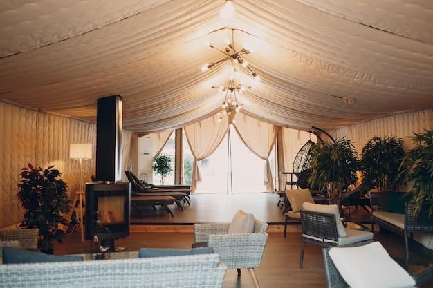 Glamping luxe kamperen. glamoureuze kamp lounge tent bij forest.