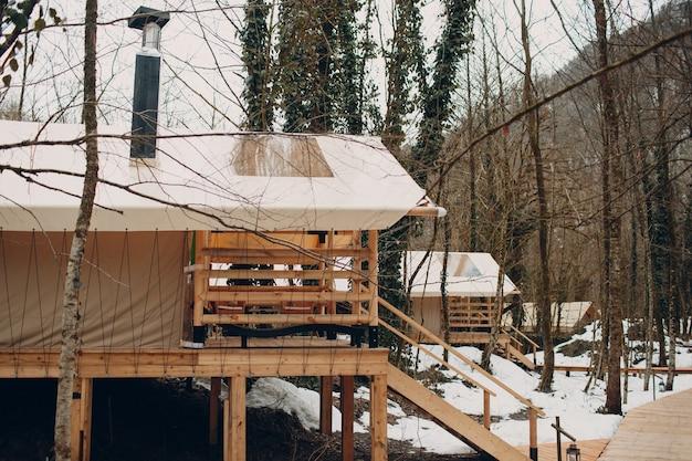 Glamping luxe kamperen. glamoureuze kamptent bij bos.