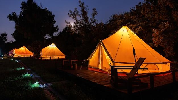 Glamping 's nachts, weinig gloeiende tenten, nachtlampjes