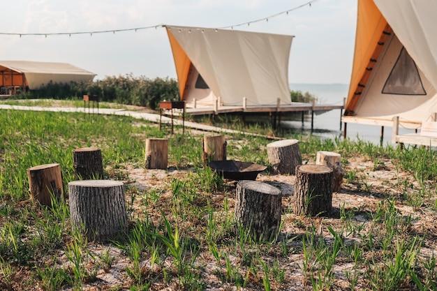 Glampingtent in het bos. luxe tent uitzicht op zee. natuur groen toerisme. ampfire site hout in kamp.