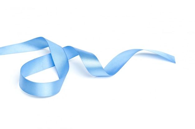 Glanzend blauw lint dat op wit wordt geïsoleerd