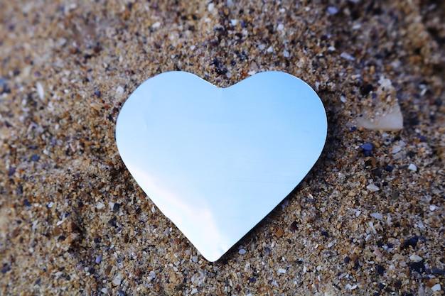 Glanzend document hart op het zand