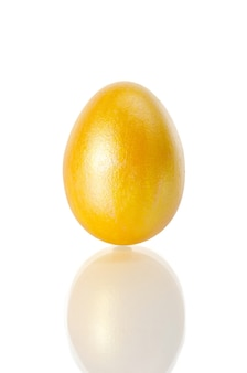 Glanzend geel paasei op wit Premium Foto
