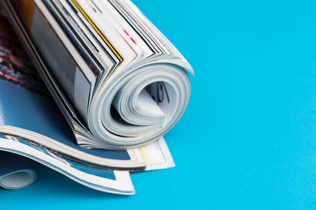 Glanzend tijdschrift met opgerolde pagina's