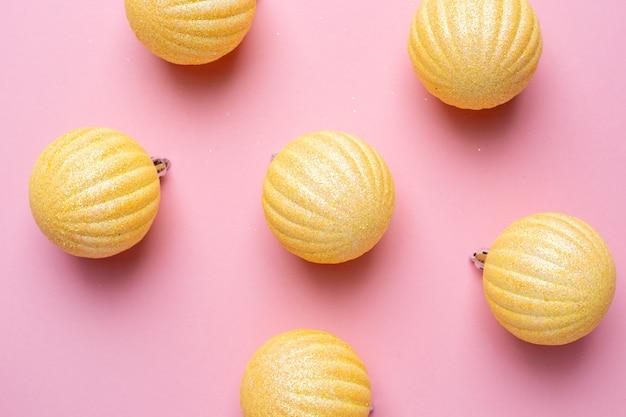 Glanzende ballen op een roze achtergrond voor kerstversiering