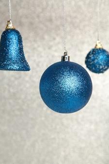 Glanzende blauwe kerstballen op glinsterende achtergrond. bovenaanzicht