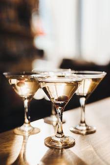 Glanzende glazen gevuld met een cocktail