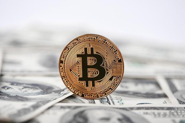Glanzende gouden bitcoin oude honderd dollar bankbiljetten