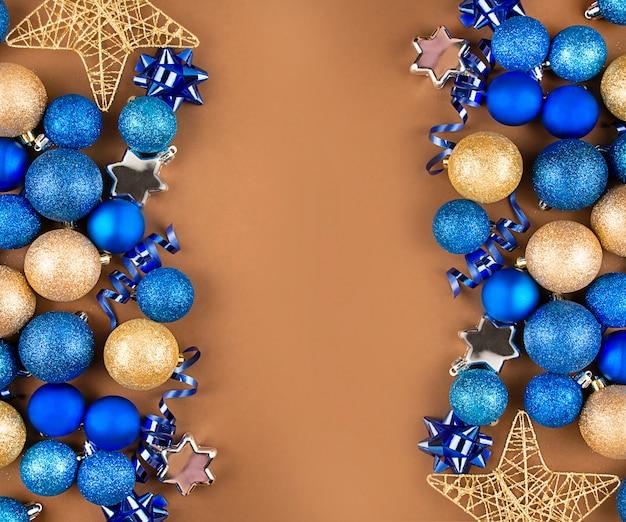 Glanzende kerstballen en decoraties