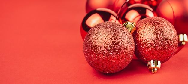 Glanzende kerstballen op een rode achtergrond