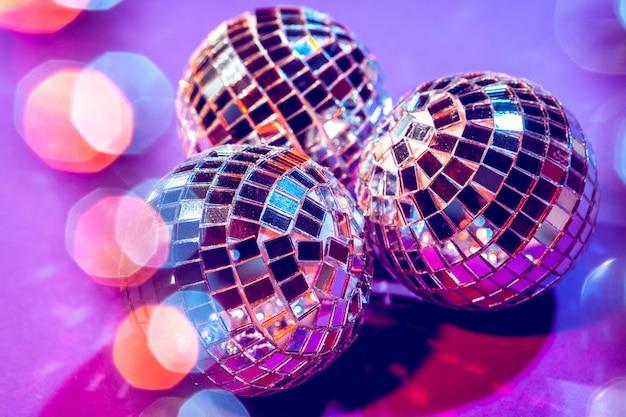 Glanzende kleine discoballen die schitteren in een prachtig paars licht. disco party concept