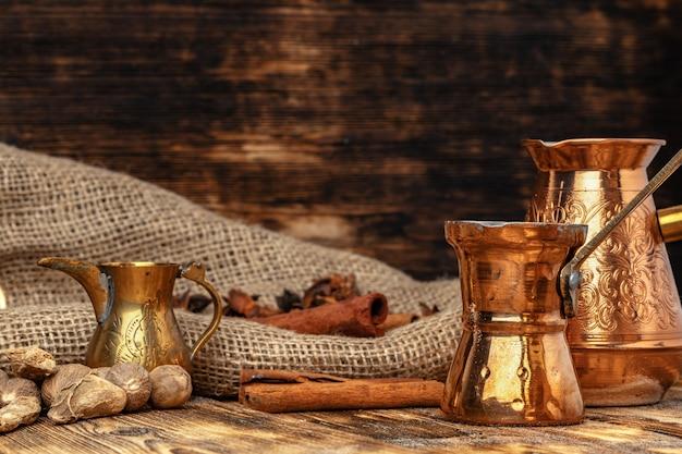 Glanzende koperturk met gebrouwen koffie op bruine houten lijst