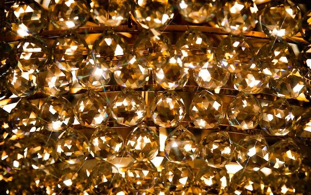 Glanzende luxe kroonluchter op donkere achtergrond