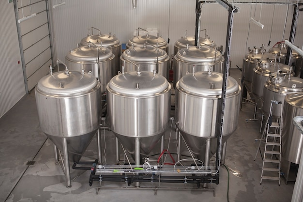 Glanzende microbrouwerij biertanks in bierfabriek