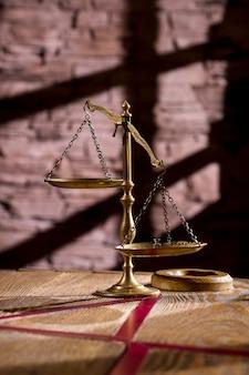 Glanzende oude weegschaal, symbool van rechtvaardigheid
