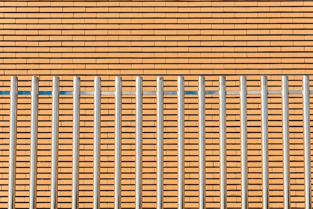 Glanzende parallelle metalen staven, hoog en stevig, vormen een veiligheidshek.