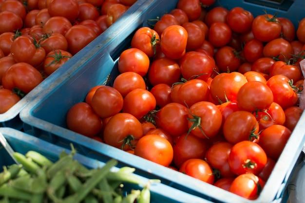 Glanzende rijpe tomaten op de markt