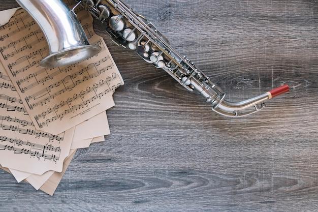 Glanzende saxofoon op mooie bladmuziek