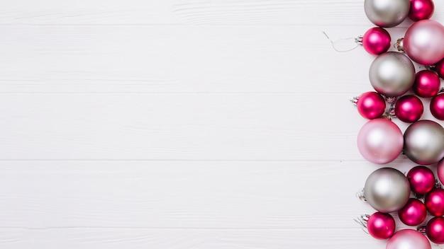 Glanzende snuisterijen op houten lijst