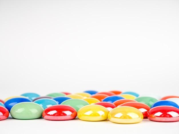 Glanzende veelkleurige stenen ballen op witte achtergrond met copyspace