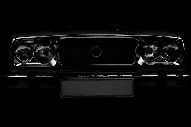 Glanzende vintage auto. close-up vooraanzicht
