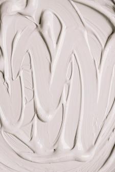 Glanzende witte verf in slagen