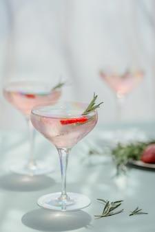 Glas aardbei frisdrank drinken op lichtblauwe achtergrond