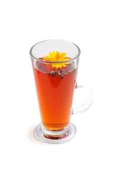Glas aftreksel met calendula en hyssop op witte achtergrond wordt geïsoleerd die