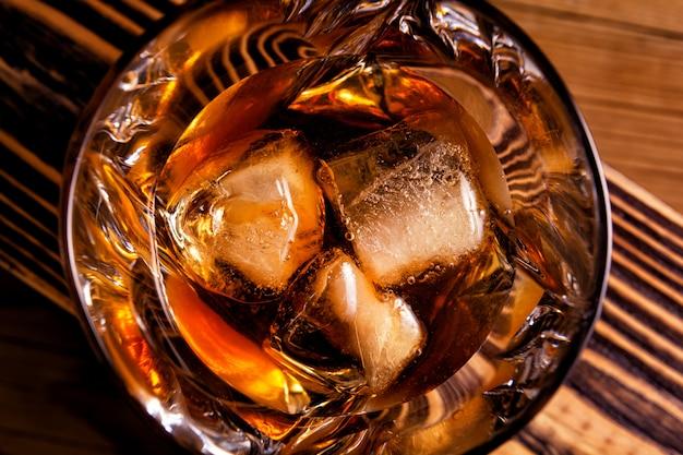Glas alcohol op een houten muur
