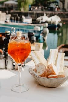 Glas aperol cocktail op tafel