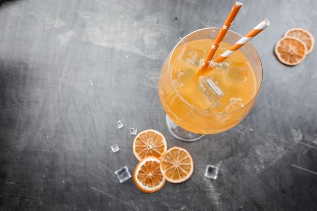 Glas aperol frisdrankcocktail met ijsblokjes over donker