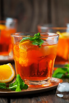 Glas aperol met ijs, sinaasappel en munt