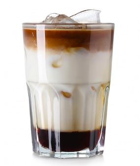 Glas bevroren koffie die op wit wordt geïsoleerd
