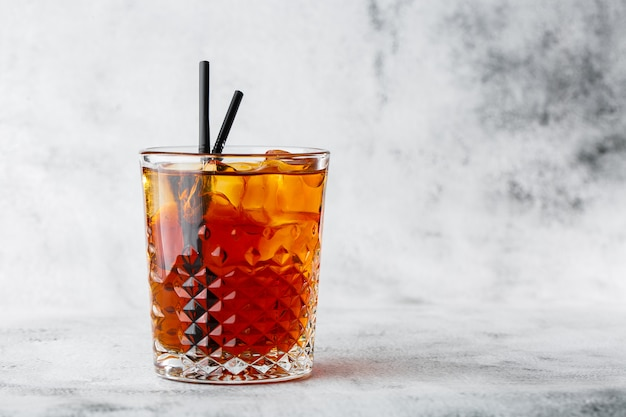 Glas bevroren zwarte thee met citroen die op heldere marmeren achtergrond wordt geïsoleerd. bovenaanzicht, kopieer ruimte. reclame voor café-menu. coffeeshop menu. horizontale foto.