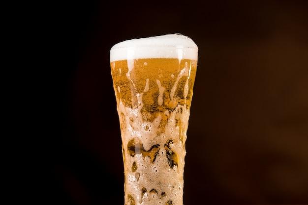 Glas bier alcohol drinken met vol schuim