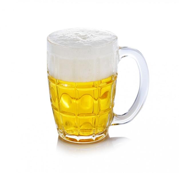 Glas bier dat op een witte achtergrond wordt geïsoleerd