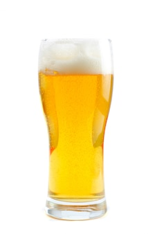 Glas bier dat op een witte ruimte wordt geïsoleerd
