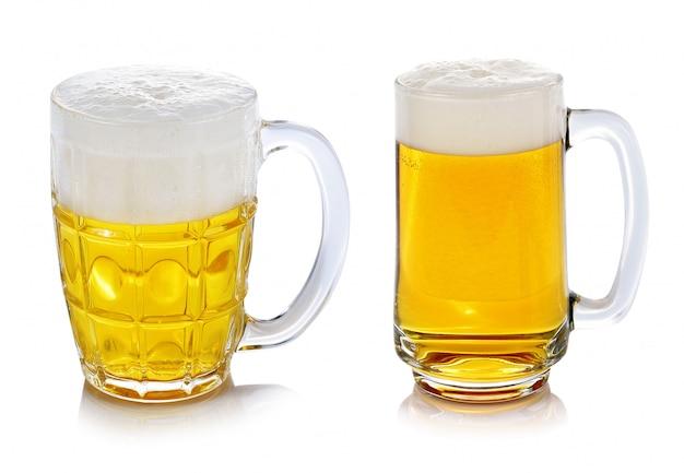 Glas bier dat op witte achtergrond wordt geïsoleerd