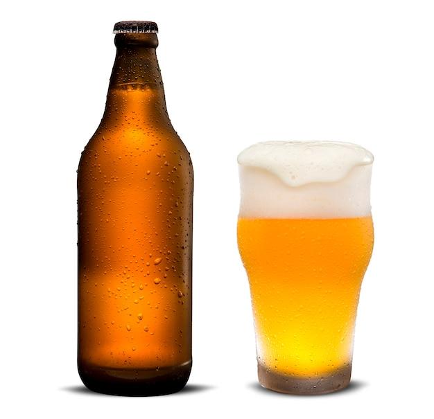 Glas bier en bruine fles met druppels geïsoleerd op een witte achtergrond.