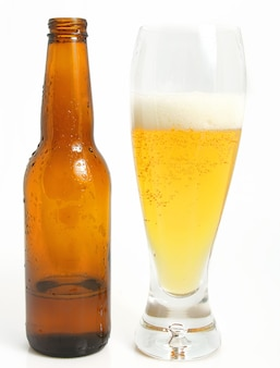 Glas bier en fles op witte achtergrond