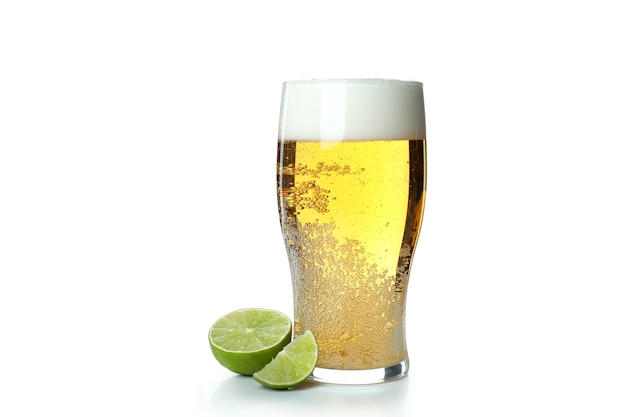 Glas bier en limoen geïsoleerd op wit