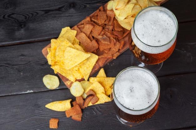 Glas bier en snacks