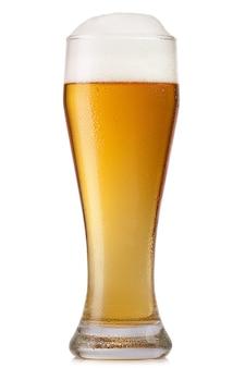 Glas bier geïsoleerd op wit