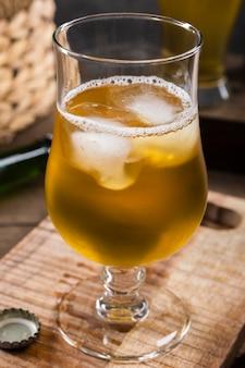 Glas bier met ijsblokjes