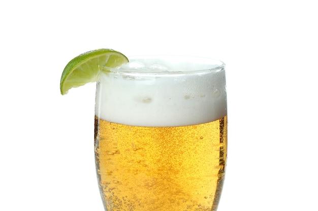 Glas bier met limoen geïsoleerd op wit